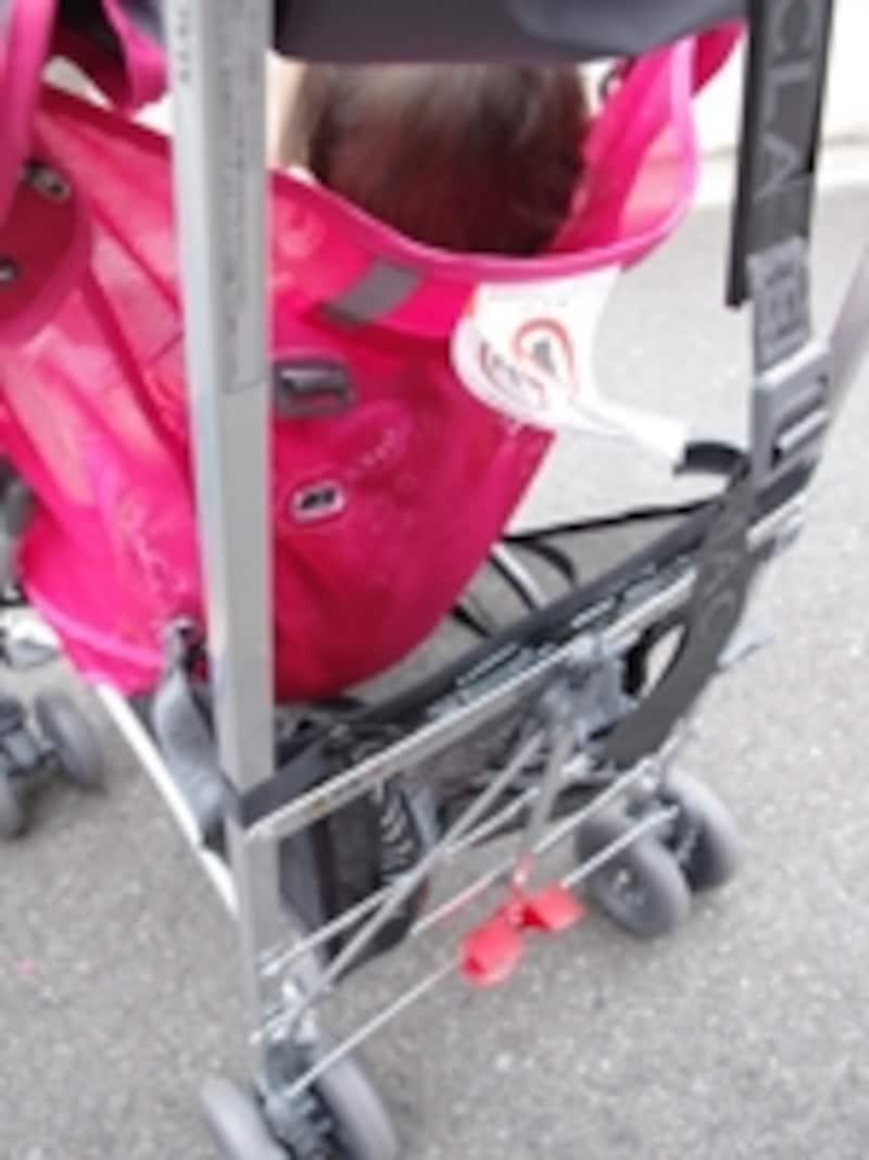 赤い部分がフットブレーキ。左側を踏み込むとブレーキ、右側を踏み込むと解除する