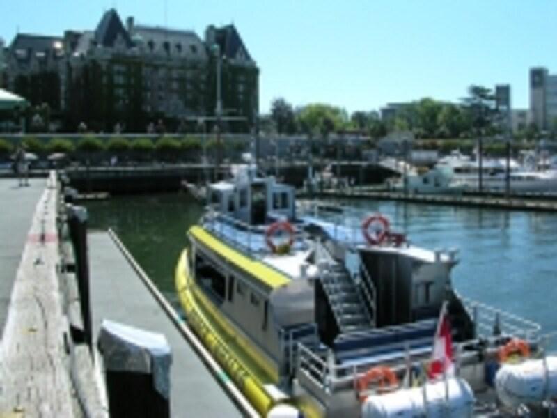 ほとんどのツアーはエンプレスホテル正面の港から出発