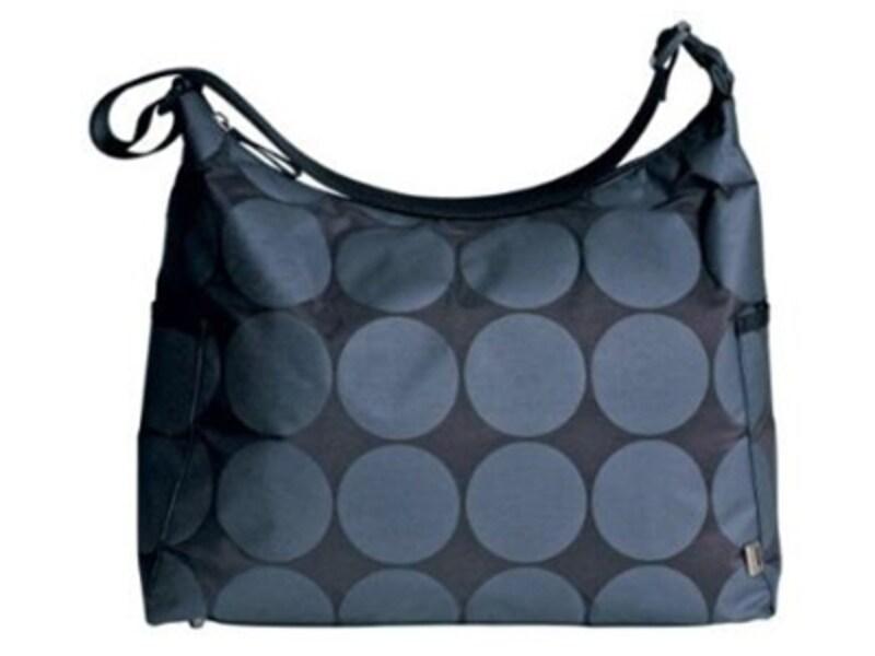 OiOiのマザーズバッグには、ベビーカーのハンドルに取り付けられるストラップが付属