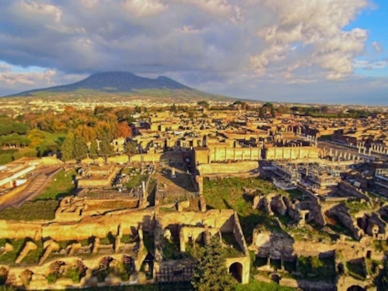ヴェスヴィオ山麓にたたずむポンペイ遺跡