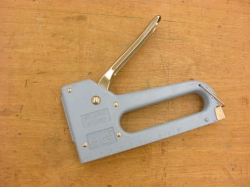 DIYに便利なタッカーの使い方や仕組みを解説