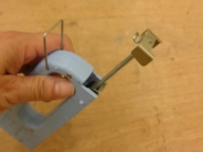 タッカーの使い方:針(ステープル)の入れ方