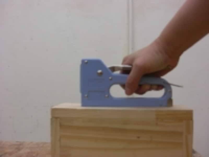 タッカーの使い方:思い切ってハンドルを握った方がうまく入ります