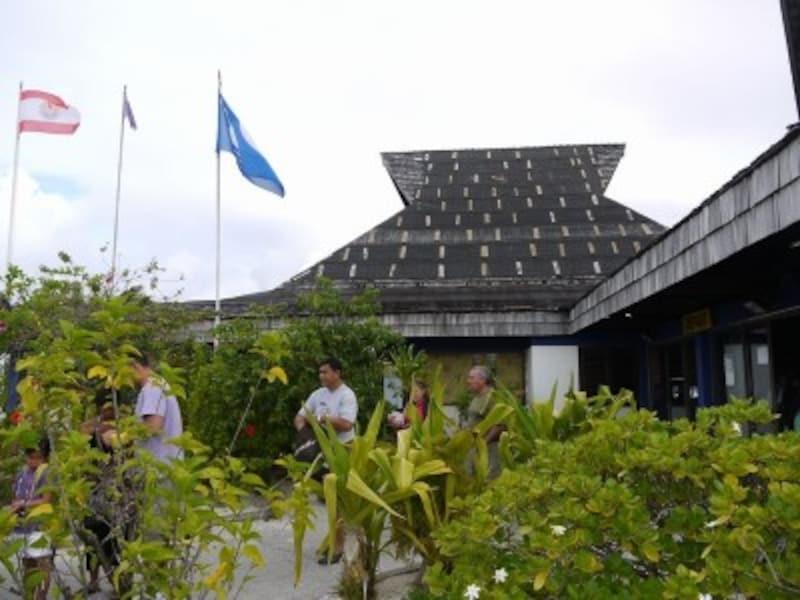 ボラボラ島の空港。パンダナスの葉で屋根を葺いたナチュラルな風情