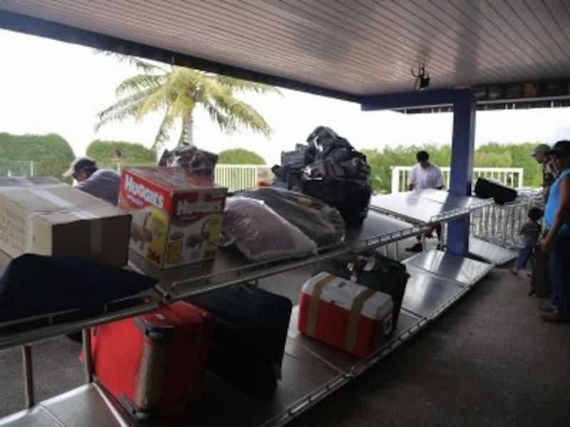 荷物はターンテーブルではなく、台の上に並べられます