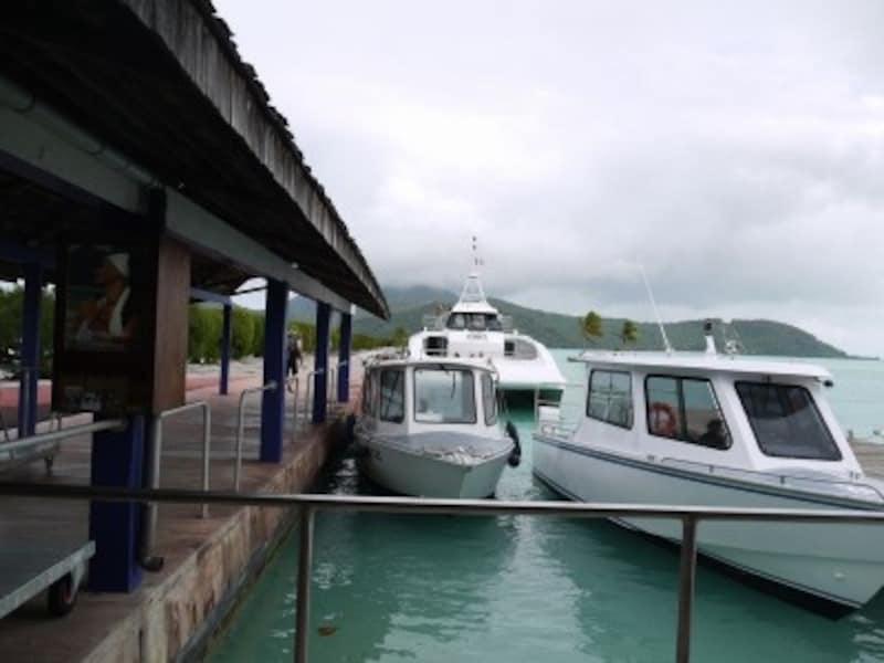 空港からはボートで、直接ホテルへ、もしくは本島の港町バイタペへ