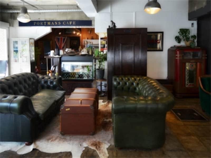 店内に入ってすぐに目を奪われた巨大ソファ。左手には明るいテラス席が設けられて。