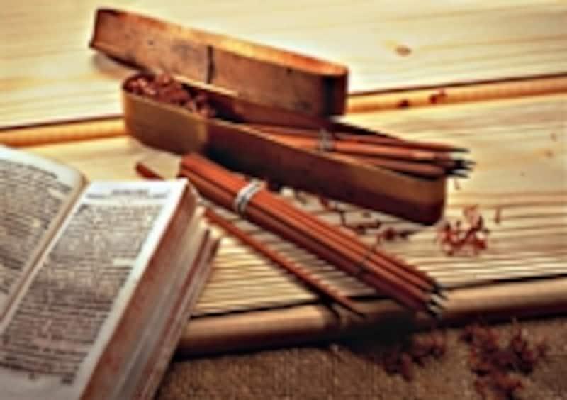 ヨハンセン・セバスチャンの時代、19世紀半ばの鉛筆。中心部をくり抜いた木軸の中に四角い棒状の黒鉛を固定した後、角を取って丸くしていた