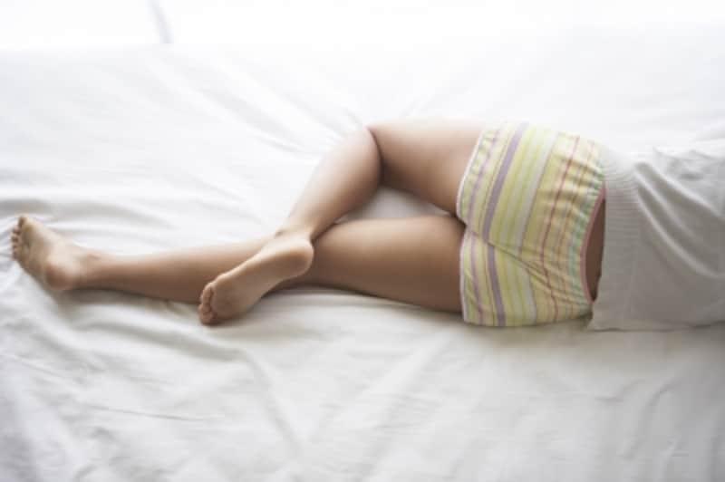 横になっている女性