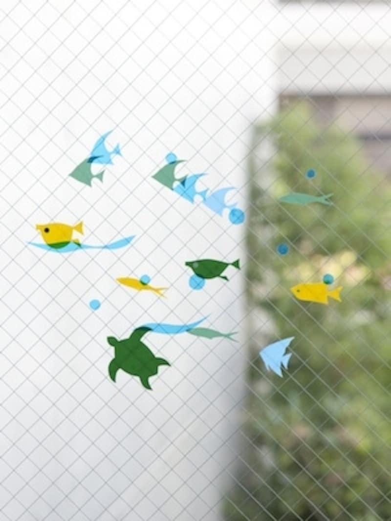 ウォールステッカーによる「さかな」undefined魚たちを壁や窓にちりばめれば、海の中にいる気分に。船やヨット、ヤシの木などのモチーフもバカンス気分を味わえそうです。