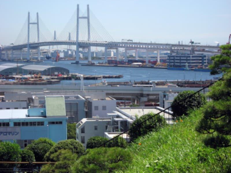 チドリ坂から見た横浜港。「コクリコ荘」から海が見えていた風景は、こんな感じかも?(2011年7月10日撮影)