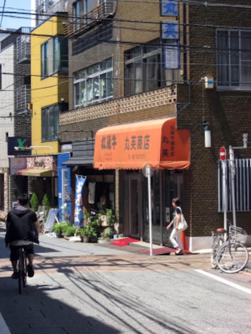 代官坂のふもとにある肉屋さん「丸英商店」(2011年7月10日撮影)