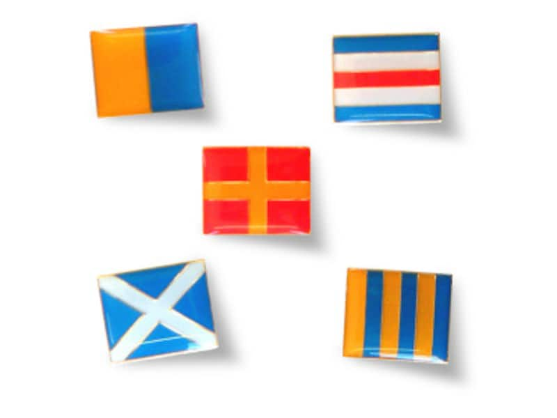 信号旗をデザインした、ピンズ(540円税込)(画像提供:エクスポート)