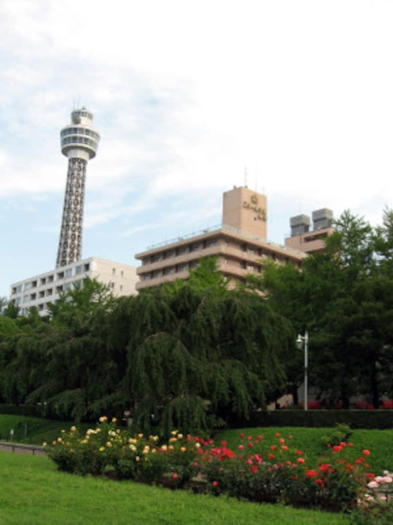横浜マリンタワーの開業は1961年。映画の中では赤白カラーで描かれていますが、現在はシルバーにリニューアル(2011年7月4日撮影)