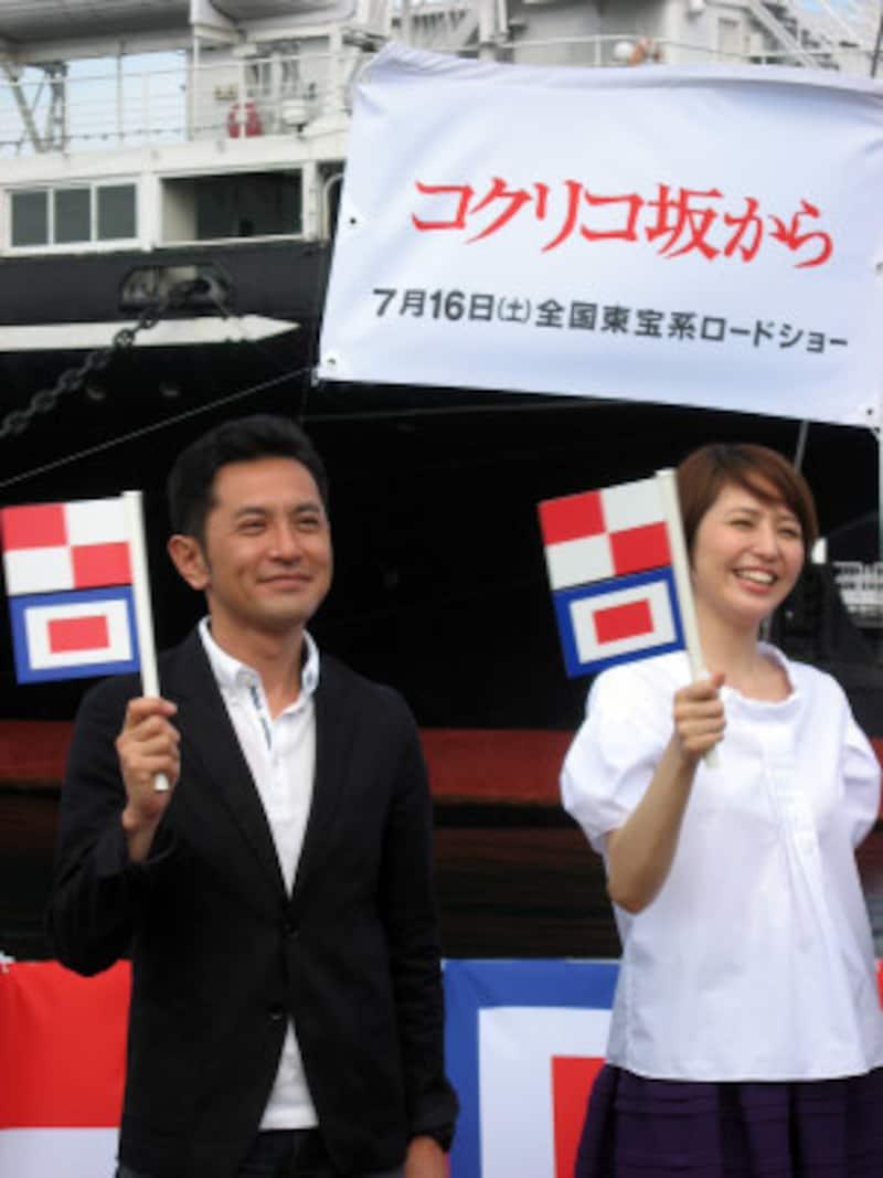 完成披露会見でU・Wフラッグを振る、宮崎吾郎監督と海の声を担当した長澤まさみさん(2011年7月4日撮影)