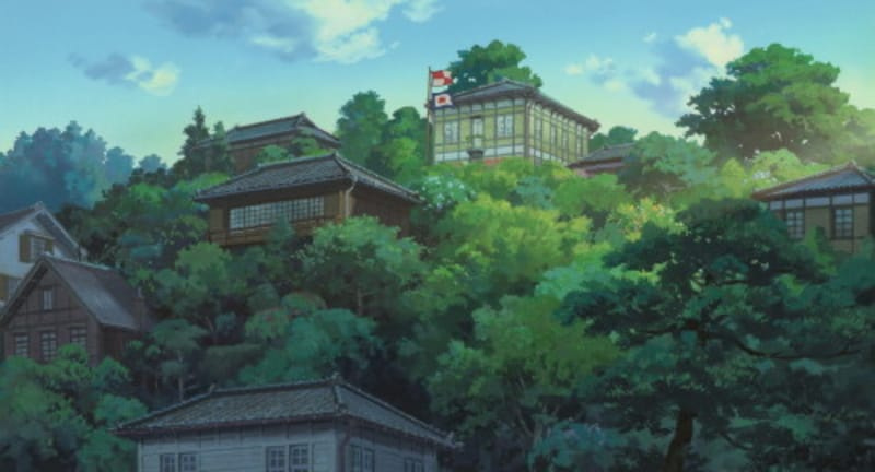 港の見える高台に建つコクリコ荘(スタジオジブリ提供)