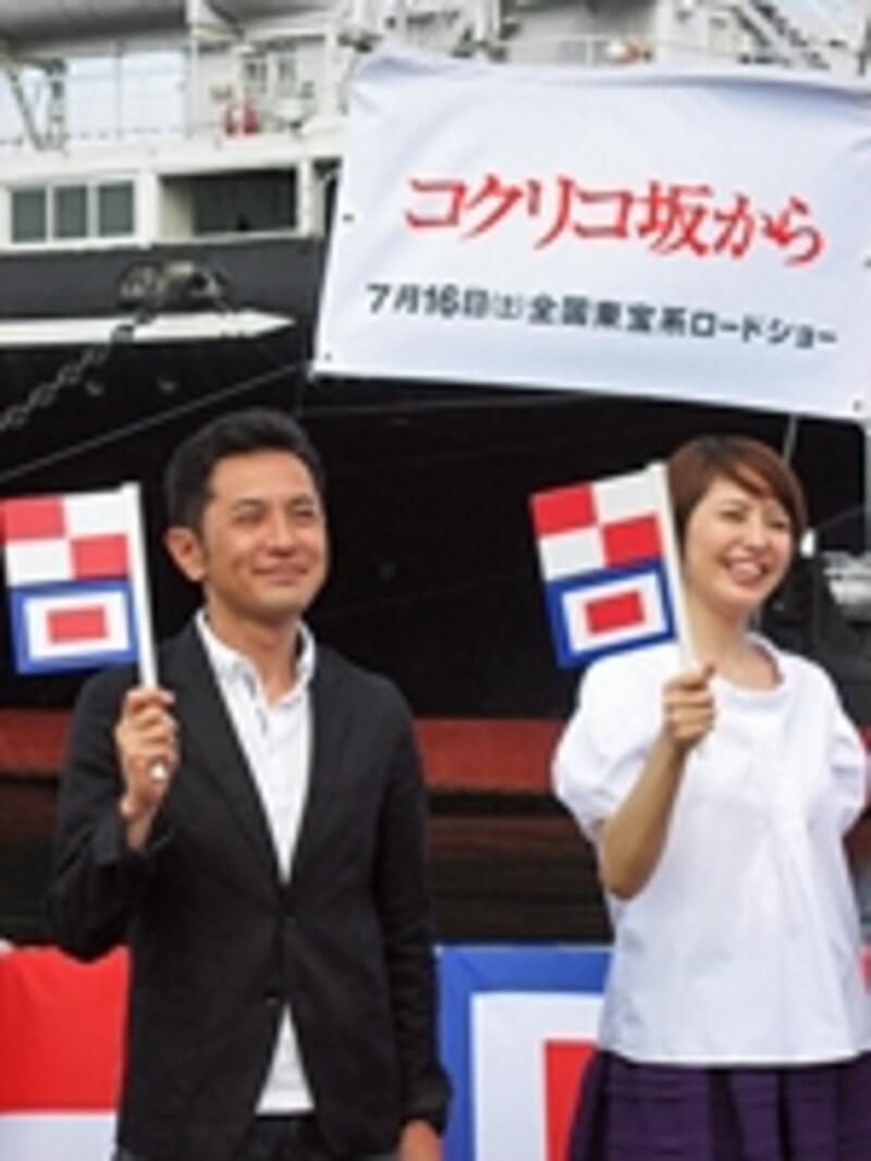 完成披露会見でU・Wフラッグを振る、宮崎吾郎監督と海の声を担当した長澤まさみさん(2011年7月4日)