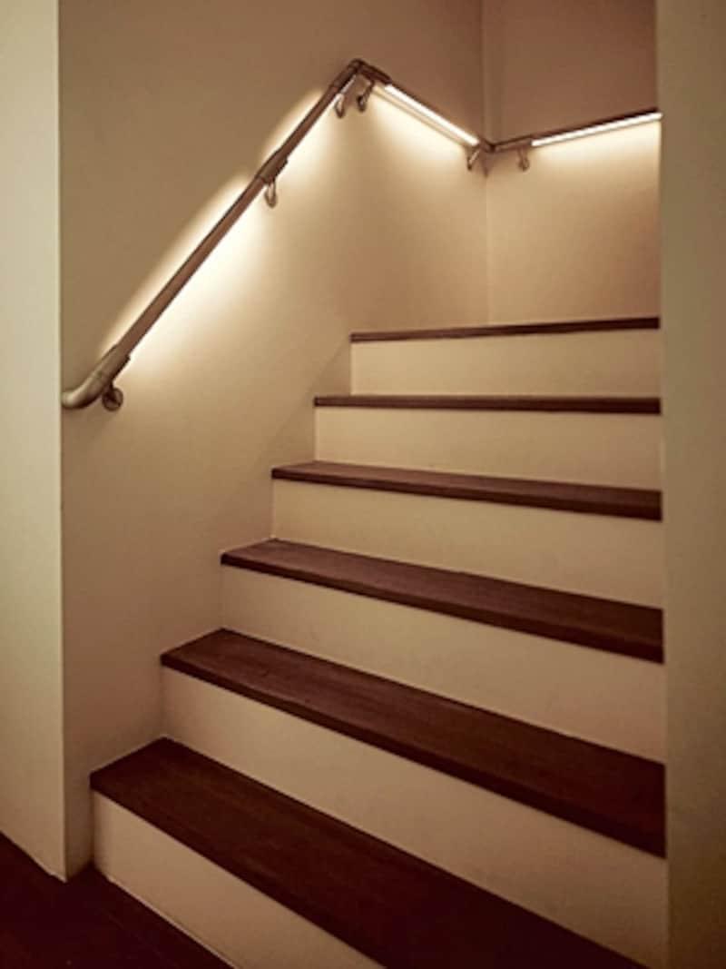 LED照明が内臓された光る手すり。停電時には内臓バッテリーで自動点灯するタイプもある(オーデリック)