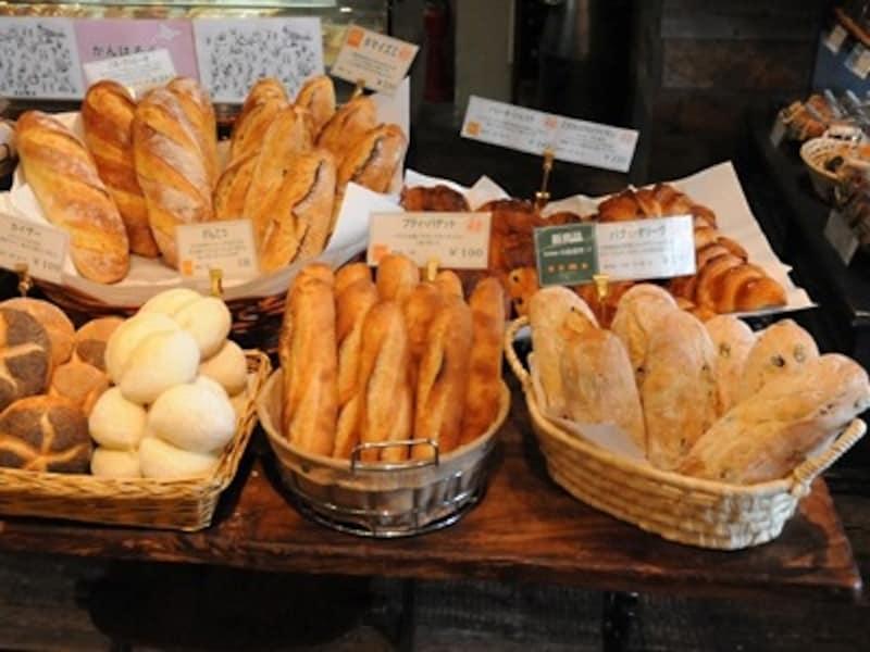 食べ切りサイズのシンプルな食事パン各種と人気のクロワッサン