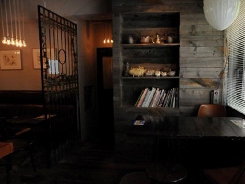 落ち着ける奥のカフェ席