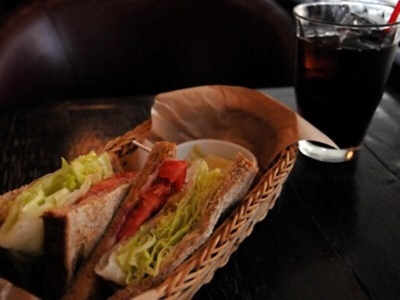 BLTサンド(500円)は胚芽15%の香ばしいパンの薄切りとたっぷりのベーコン、レタス、トマト。