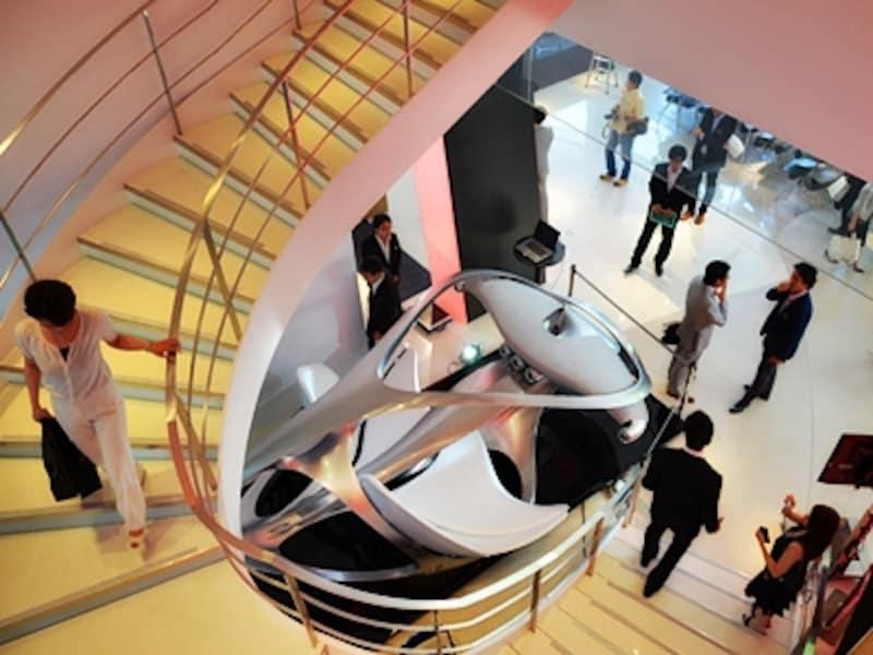 7月14日におこなわれた内覧会。視線をひきつける吹き抜けのオブジェはメルセデス・ベンツのデザイナーによる作品。