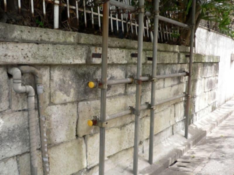 古く劣化が進んだ擁壁