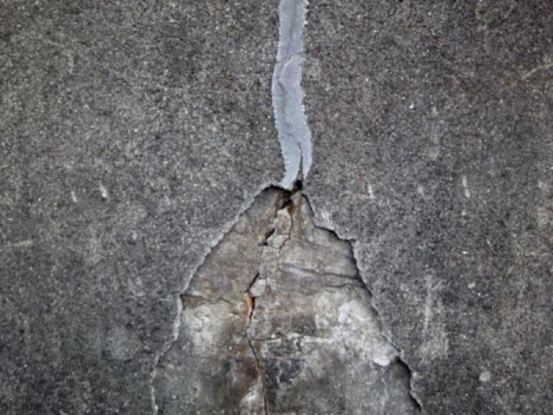 表面のコンクリートが剥がれた擁壁