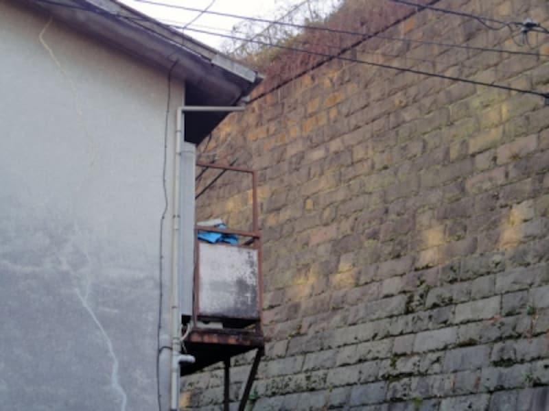 民家に隣接する古い擁壁