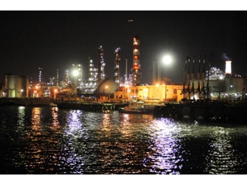 工場夜景ジャングル・クルーズでは、工場の夜景の魅力が満喫できます!撮影:丸田あつし