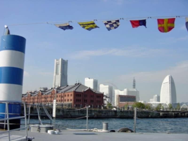 海から眺める横浜は、いつもとはちょっと違う風景に。シーバスからの眺め