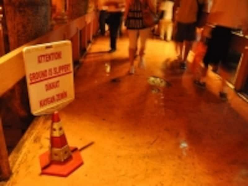 地下宮殿の床