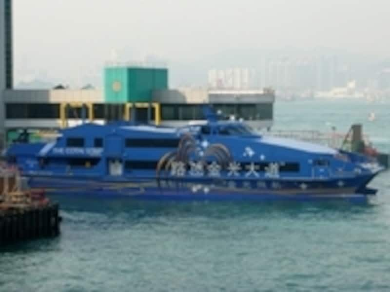 鮮やかなブルーの船体がコタイジェット