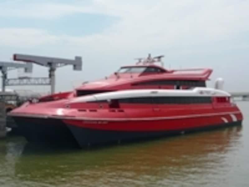 赤い塗装が目印のターボジェット。様々なタイプの船があります