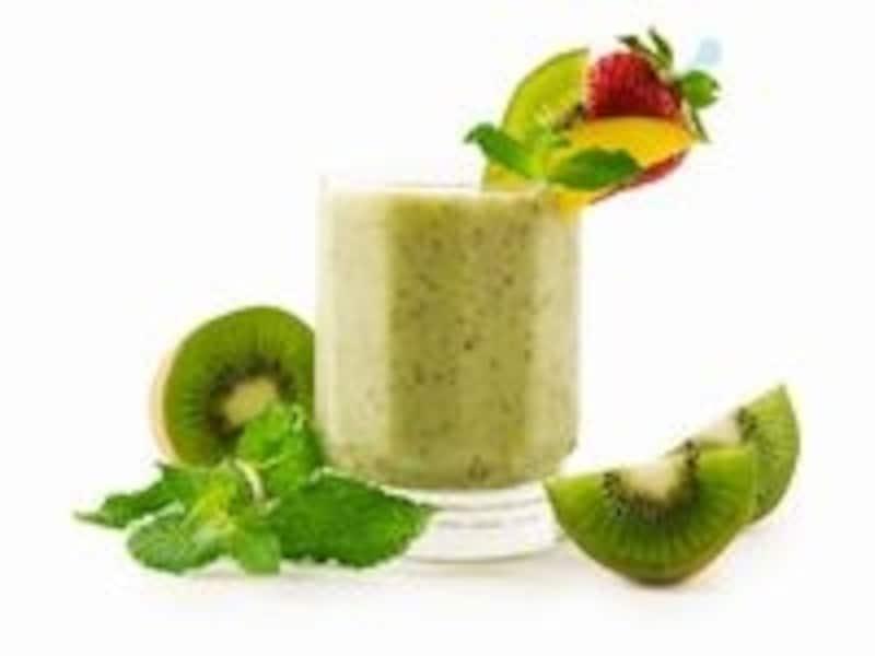 生の葉野菜と果物を混ぜるだけ!
