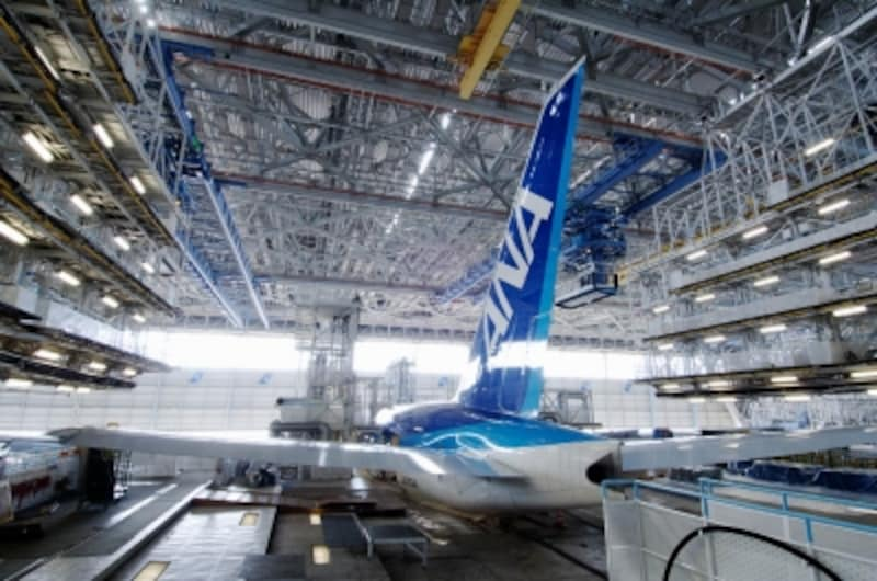 ANA機体工場の格納庫見学では、3階デッキで格納庫等の説明、2階・1階で飛行機の説明をしてくれる