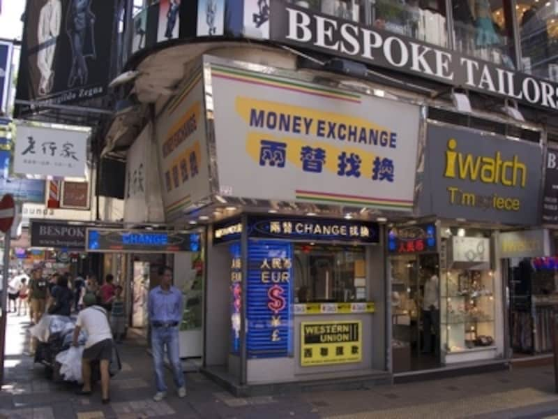 繁華街の両替店