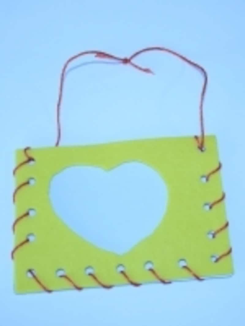 縫い上がったら壁掛け用のひもを結び合わせます