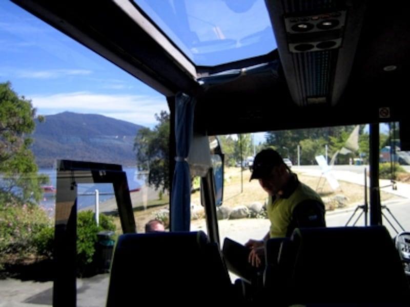 バスで移動中も大きな窓から景色が楽しめるリアルジャーニーズ社の送迎バス