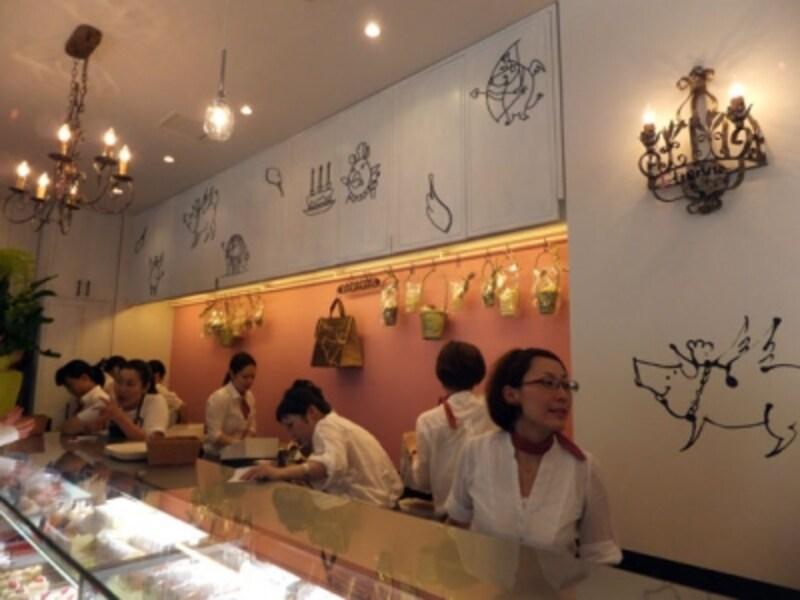店内の壁には子豚の遊羽ちゃんが描かれている