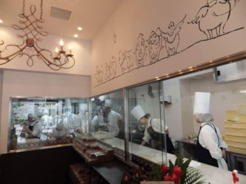 厨房を店内からガラス越しに見ることができる