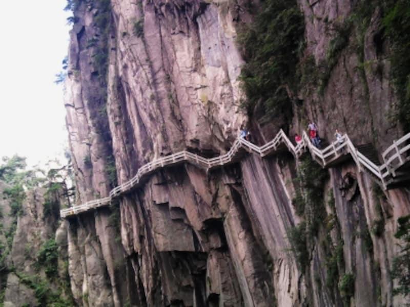 断崖に築かれた道