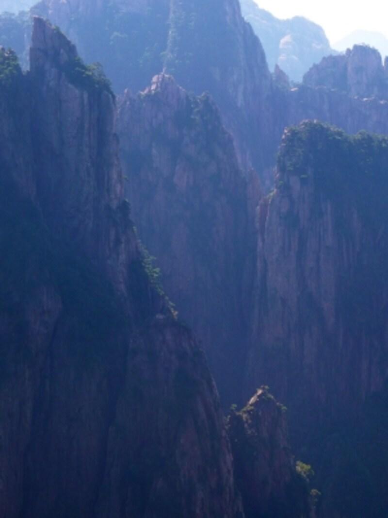 霞の向こうに折り重なる断崖