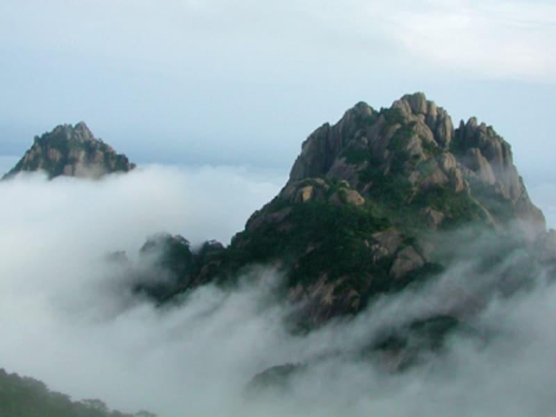 雲海の上に顔を覗かせる峰々