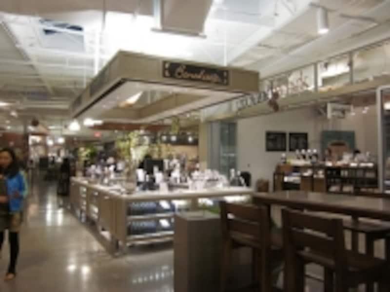 ベイカリーやオーガニックショップなど約10店舗ある