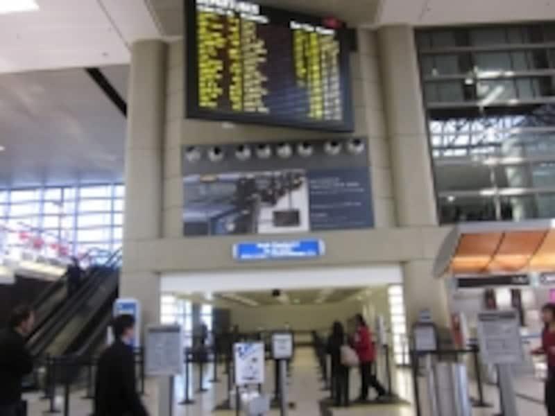 パスポートと搭乗券のチェックがある出国ゲート前