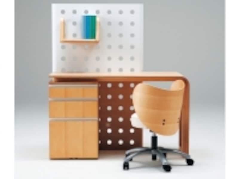 成長に合わせて少しずつ独立型の子供部屋に引越しもしやすいシンプルで機能的なデスク