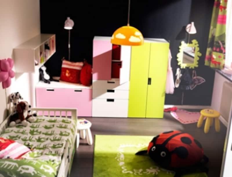 子供たちの自由な想像力を駆使できるカラフルでシンプルなおもちゃと、整理整頓が楽しくなるような収納が大切