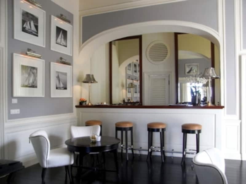 レストランの一角にあるシンプルなデザインのラウンジ・バー