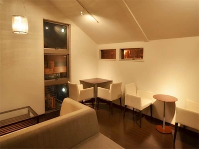 こじんまりしたスペースにセンスの良い中古家具が並ぶ2階席。